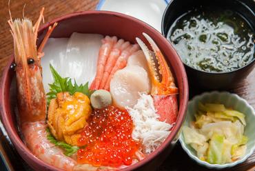 人気No.1メニュー。新鮮な魚介を贅沢にたっぷりのせた『海鮮七種丼』