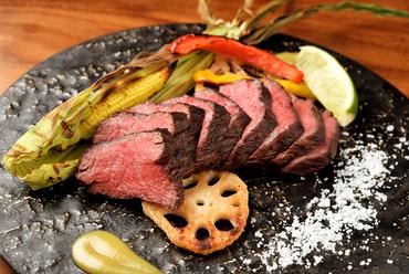 お肉本来の旨みがたっぷり! 炭火でじっくりと焼いた『国産牛ランプステーキ』