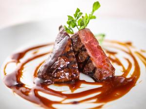 メインの人気『特選牛フィレ肉のロースト 仔牛のフォンのソース』