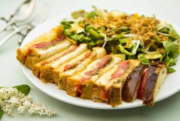 トマトを丸々1個使った『トマトとモッツァレラチーズのトーストサンドイッチ(サラダ添え)』