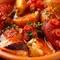見た目も情熱的なスペインのガリシア地方の伝統的なタコ料理