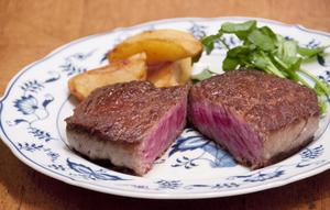【PENTHOUSE】伝統の焼き方で焼いた『和牛サーロイン』