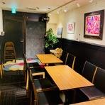 黒を基調としたシックな雰囲気の個室は、最大18名までの集いに