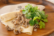 自家製ブレンドのオーガニックスパイスが効いた、女性に人気のお食事クレープ『ガパオ&パクチー』