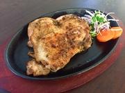 鹿児島ブランド鶏「桜島鶏」を石窯と炭でふっくらジューシーに焼き上げました。食べた瞬間に、じゅわ~っと旨味が溢れ出し、口の中に炭とさくらスモークの香ばしさが広がる極上の一品です。