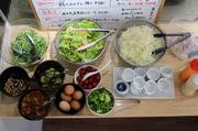 毎日、新鮮野菜を豊富に取り揃えて提供しております。 定食をご注文の方には無料で付いてきます。