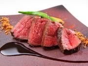 今回は旨みが凝縮された赤身肉のローストで。冬は関西の猟師から仕入れる猪や鹿、シェフ自ら狩猟で獲った鴨などを使用したジビエ料理。四季折々の食材を使用するおまかせコースは、来店時の「おたのしみ」です。