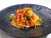 もっちりとしたコシのある自家製生パスタ。季節折々の食材に合わせて、使用するパスタを決めるそう。イタリア製のマシーンでつくったものや手打ちなど多様な種類から選び料理されるのでソースとの絡みが絶妙です。