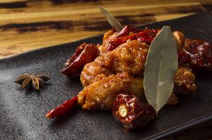 スパイシーに香りづけされた鶏もも肉を味わう『ヤンニョムチキン』