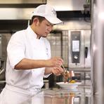 料理はもちろん、スタイルにもこだわっています。ディナーは照明を落としてムーディな雰囲気に。ゆったりとくつろいでいただけるよう、スマートなサービスを心掛けています。