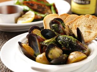 『ムール貝、キノコ、ポテトのにんにく風味グリーンアヒージョ』