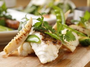 新鮮な真鯛に旬の野菜を合わせた、季節感あふれる一皿