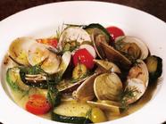 野菜にハマグリの旨みが染み込んだ『活けハマグリとお野菜のワイン蒸し』