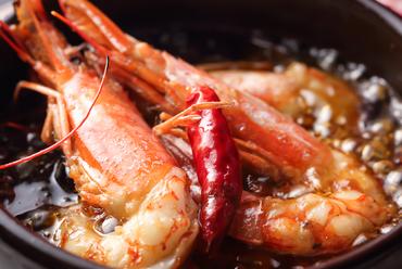食べ応え十分な大ぶりの海老を使った人気メニュー『海老のアヒージョ』はオイルも美味!