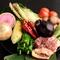 春「筍、天然山菜」、秋「松茸、天然キノコ」など季節野菜と地鶏