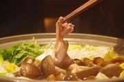 春には筍、秋なら天然キノコがトッピングされるなど季節のお野菜と宮崎地鶏をふんだんに使ったすき焼きです。様々な食感と深い味わいが口いっぱいに広がります。