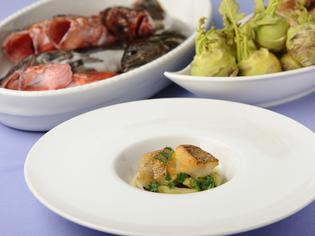 兵庫産を中心とした季節の有機野菜、近海の旬魚介が豊富に揃う