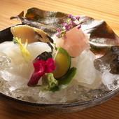 新鮮ならではの食感に魅了される『伊勢湾その日のお造り盛り合わせ』