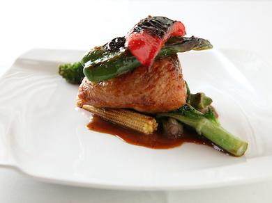上質な旨味と香りが肉の中からあふれ出す『とりもも肉のフォアグラとキノコ入りリゾット詰めロースト』