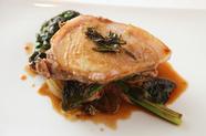 特製ソースで銘柄豚を堪能できる『つなんポークロース肉のロースト 緑こしょう風味』