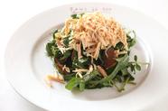 苦味と旨味と香りを楽しむ『鴨むね肉の燻製と削ったフォアグラのコンフィ ロケットクレソンのサラダ』