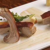 素材の味を楽しむ『スペイン産乳飲み仔豚のパリパリロースト』