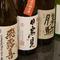 鮨とつまみに合わせ、常時30種前後そろう日本酒
