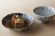 丁寧に下ごしらえし、しょうゆとみりん、酒に砂糖と基本の調味料で味付けした煮汁で、ゆっくりと煮る。芯までしっかり味がしみて、すっと口でとけるような滑らかな舌触り。日本酒がすすむ一品です。