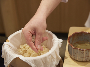 時季によってベストな米をブレンドして作るシャリ