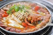 ハヌリで大人気韓国鍋!スパム・モルタデッラ・フランク・ベーコン・ハム・韓国餅・ラーメン等々の具沢山の鍋。時間をかけて丁寧に仕込むプデチゲ用タデギとキムチが味の決め手!
