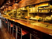 オープンキッチンで、調理中はすべてが見えるライブ感と安心感