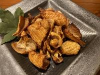 鶏皮の旨味が凝縮したパリパリ食感のおつまみ。