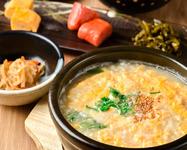 当店自慢の水炊きスープは、はかた地どりのガラから約6時間じっくりと煮出した極上の手作りスープ。御飯は福岡県産米夢つくし胚芽米を使用しております。飲んだ後の締めにぴったりです。