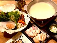 コラーゲンたっぷりな自家製スープ。はかた地どりのガラから約6時間煮出した極上のスープです。まずはスープを楽しんでから、はかた地どりをご堪能ください。〆は福岡県産米夢つくし胚芽米の雑炊で。