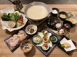 はかた地どりの水炊きスープでいただくお肉と野菜は絶品!