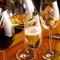 ラウンジエリアではアラカルトメニューやワインを