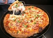 直径70cmの『BIGパンピザ』は月替わりのソースと具材で