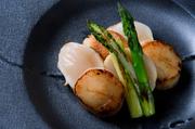 海鮮好きにはたまらない、伊勢海老など魚介類のみのコース。「よもぎ豆腐 ホタルイカ 旨出汁」「本日の鮮魚 もしくは 帆立貝柱のグリル」などの一品料理と鉄板焼が楽しめます。料理内容は月替わりです。