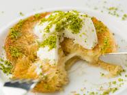 地中海や中東で食事の最後に欠かせない贅沢スウィーツ『キュネフェのミルクアイスのせ』