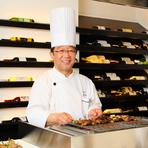 臨場感あふれるライブビュッフェで、料理人が笑顔でおもてなし