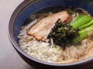 塩ベースのスープがスッポンのコクで奥深く変身。活力みなぎる『すっぽんラーメン』