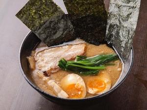 表面を炙った自家製チャーシューも食欲をそそる『横浜家系ラーメン』