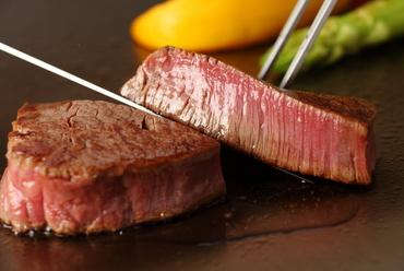 シンプルに塩でいただく「黒毛和牛ステーキ」