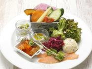 地元野菜の滋味をひと皿に詰めこんだ『サラダとデリ盛り合わせ』