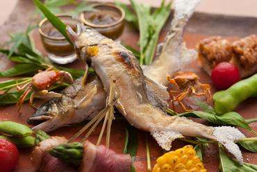 旬魚の焼物と彩りが美しい酒肴が並ぶ『鮎の塩焼きと八寸』