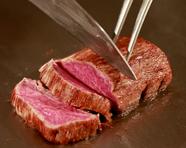 その時季の一番いい肉を満喫できる『特選黒毛和牛のステーキ』