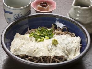 島根県産大豆でつくるクリーミーな湯葉をたっぷり『生湯葉そば』