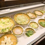 毎日仕入れる13種類の野菜は、サラダやしゃぶしゃぶで。しゃぶしゃぶした肉で野菜を巻いて食べれば、新鮮な歯触りと肉の旨みを一度で味わうオリジナル料理が完成します。豆腐やしらたきもある充実のコーナーです。