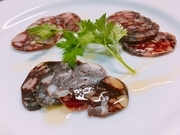 ジビエで有名なエレゾ社のサラミがリーズナブルなお値段で食べれます!ワインの相性抜群の一品です。