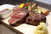 十勝・更別村の高級牛肉「松橋牛」を贅沢にステーキで。厳選した雌牛のみを肥育する松橋農場から直接仕入れた手頃な価格と旨さに驚くはず。お肉メニューの中で特に人気の料理。ソースは2種(内容はスタッフまで)。